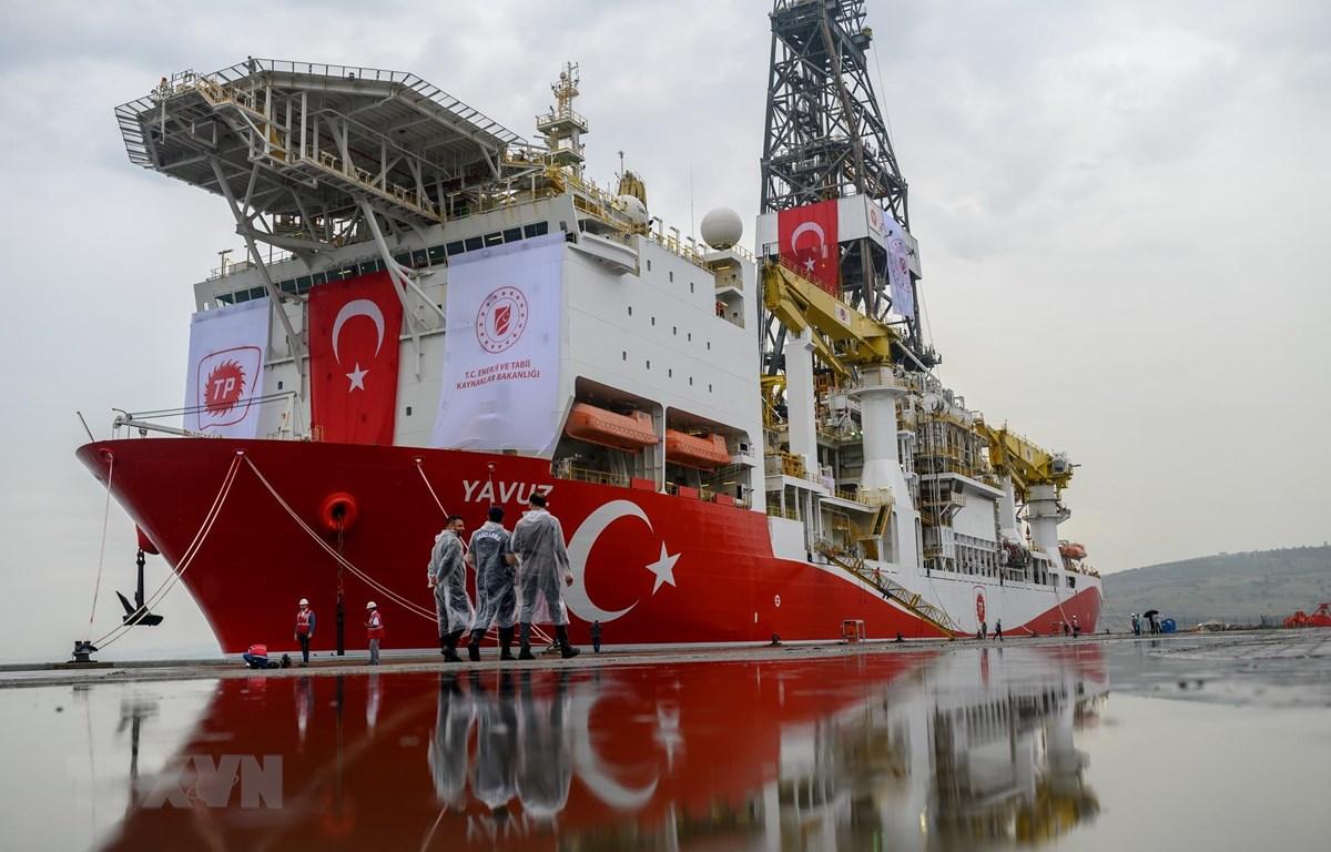 Tàu thăm dò dầu khí Yavuz của Thổ Nhĩ Kỳ neo tại cảng Dilovasi, ngoại ô Istanbul. (Ảnh: AFP/TTXVN)