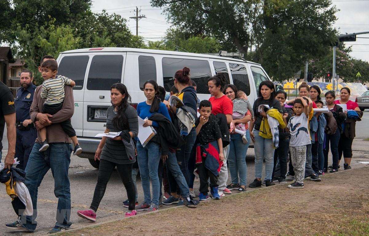 Người di cư Trung Mỹ tới khu tạm trú của một tổ chức từ thiện sau khi được thả từ cơ sở giam giữ những người chưa được cấp quy chế tị nạn tại McAllen,Texas, Mỹ. (Ảnh: AFP/ TTXVN)