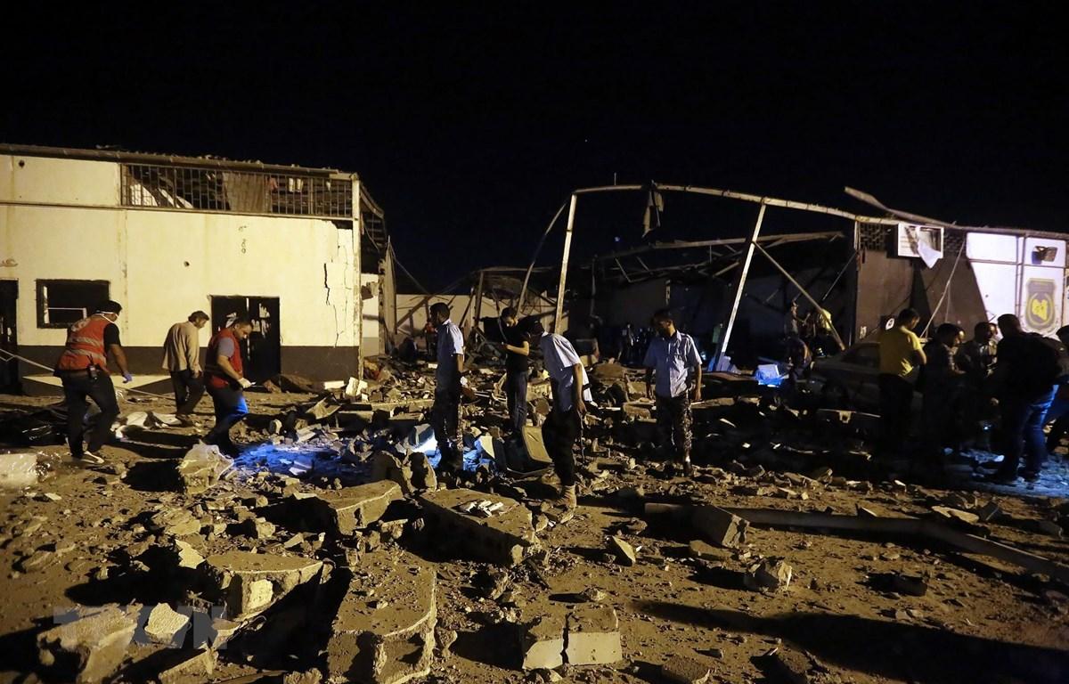 Hiện trường vụ tấn công nhằm vào một trung tâm dành cho người tị nạn ở gần thủ đô Tripoli, Lybia, ngày 3/7. (Ảnh: AFP/TTXVN)