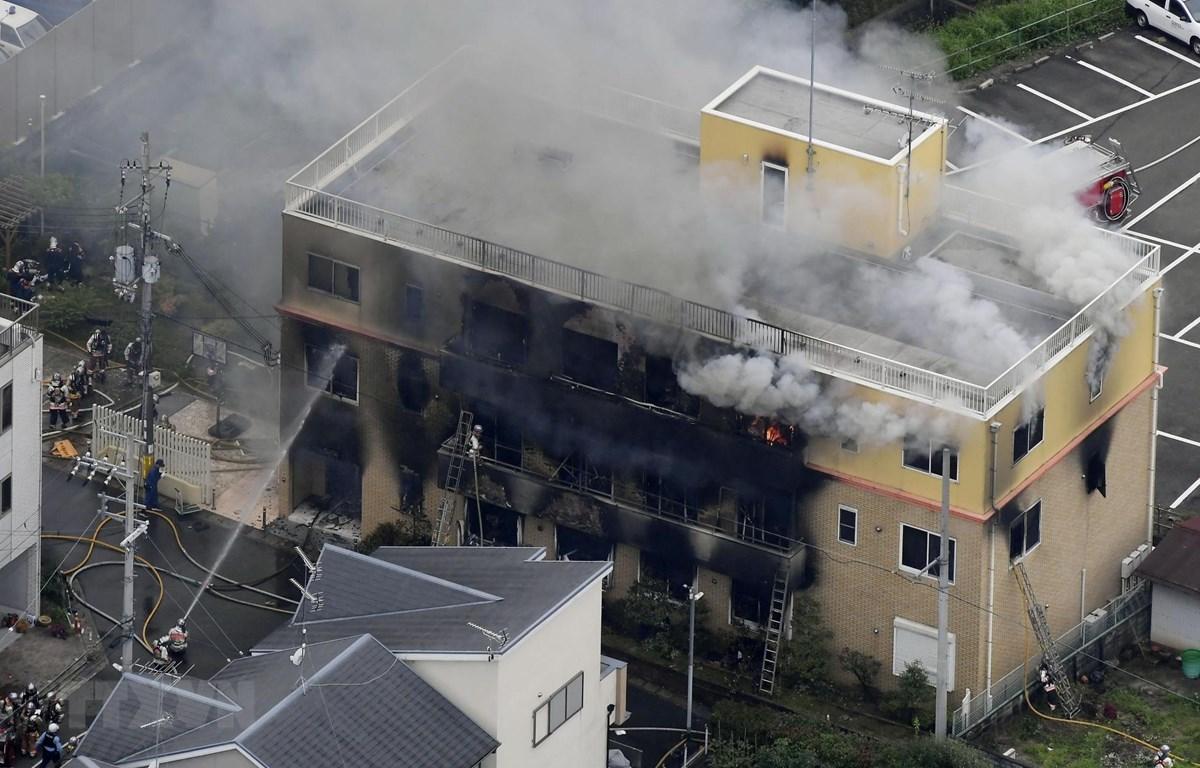 Lính cứu hỏa nỗ lực dập lửa vụ cháy xưởng phim hoạt hình ở Kyoto, Nhật Bản ngày 18/7/2019. (Ảnh: THX/TTXVN)