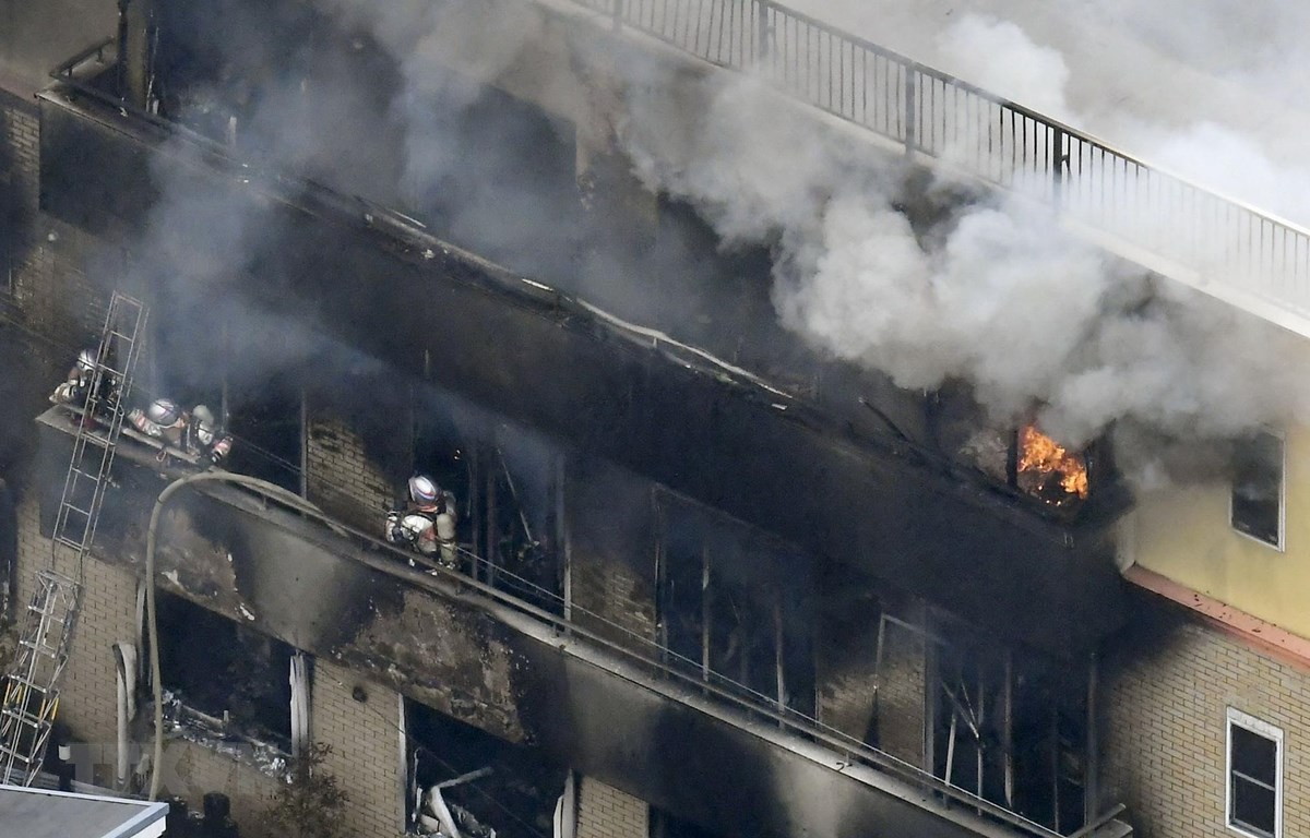 Lính cứu hỏa nỗ lực dập lửa vụ cháy xưởng phim hoạt hình ở Kyoto, Nhật Bản ngày 18/7. (Ảnh: THX/TTXVN)