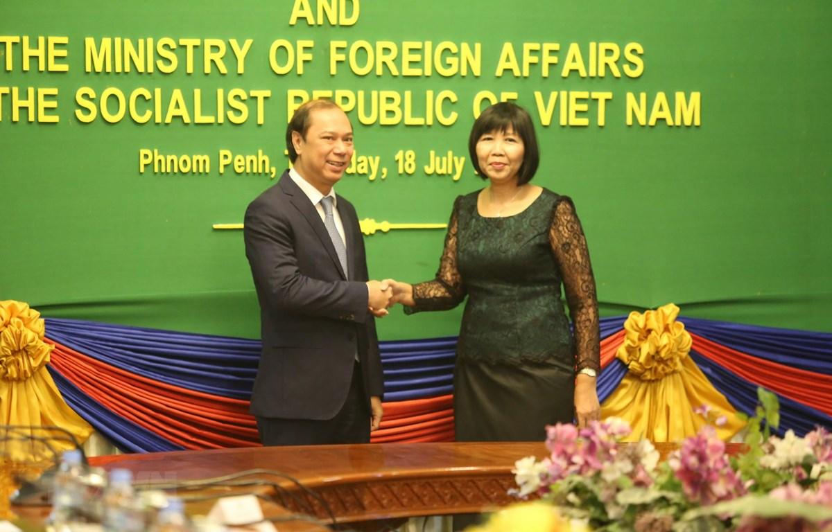 Thứ trưởng Bộ Ngoại giao Nguyễn Quốc Dũng và Quốc vụ khanh Bộ Ngoại giao và Hợp tác quốc tế Campuchia bà Eat Sophea tại hội nghị. (Ảnh: Minh Hưng/TTXVN)