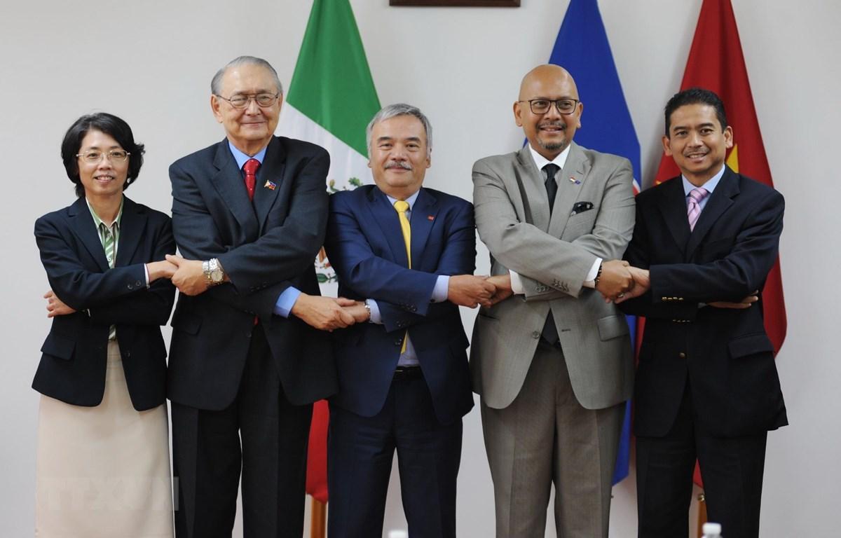Các đại sứ Malaysia, Indonesia, Philipines, Thái Lan và Việt Nam chụp ảnh chung. (Ảnh: Việt Hùng/TTXVN)