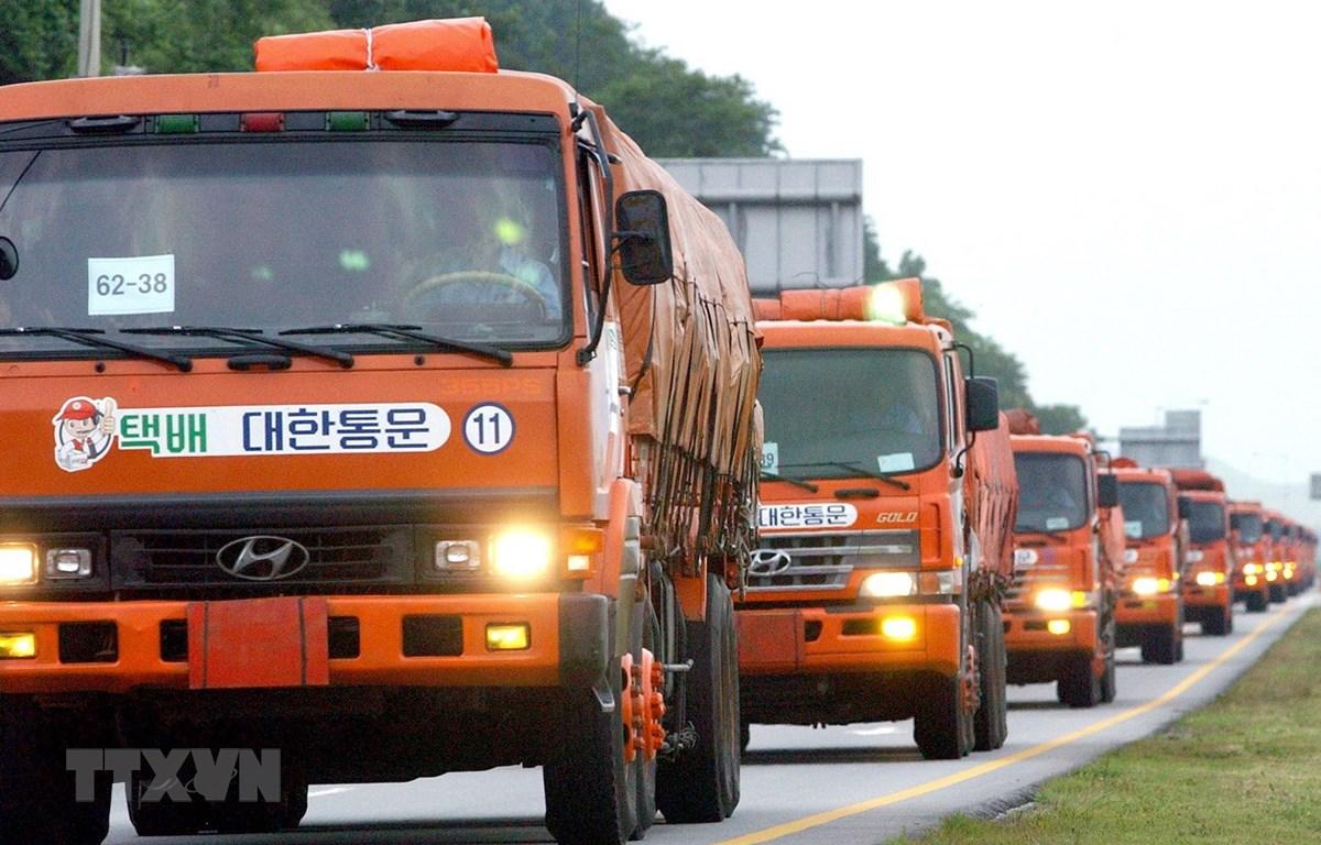 Xe chở lương thực viện trợ của Hàn Quốc tới Triều Tiên qua cửa khẩu ở Paju, phía bắc thủ đô Seoul của Hàn Quốc ngày 26/7/2005. (Ảnh: AFP/TTXVN)