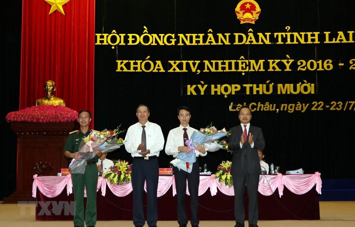 Lãnh đạo tỉnh Lai Châu tặng hoa chúc mừng tân Phó Chủ tịch tỉnh Lai Châu Hà Trọng Hải và ông Trần Văn Bắc