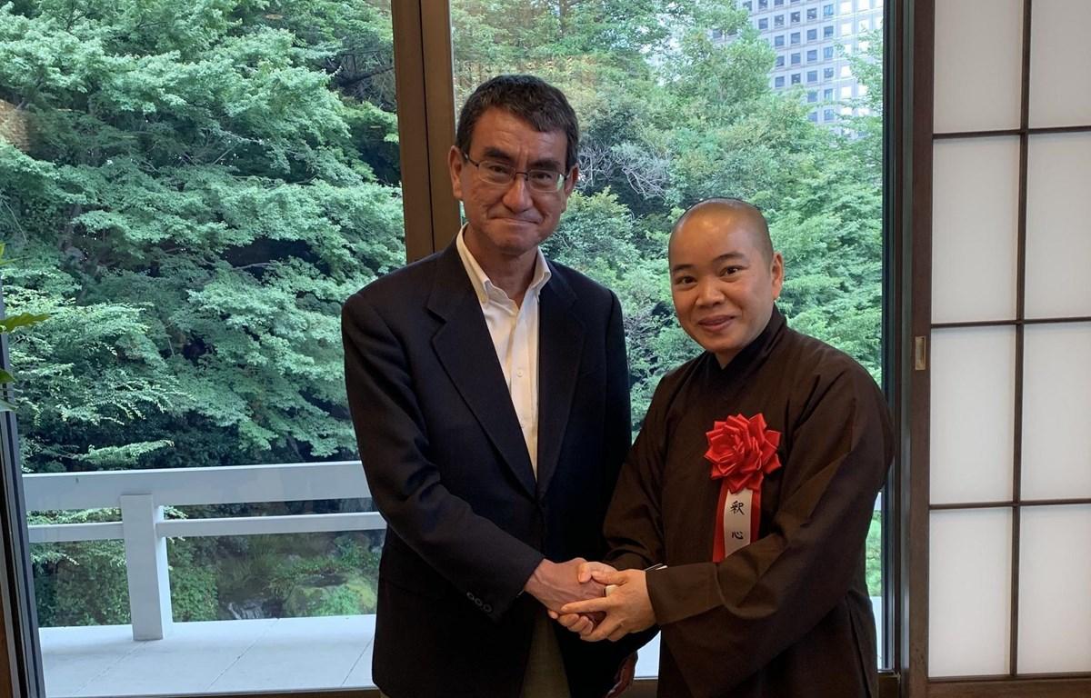 Ngoại trưởng Nhật Bản Taro Kono và sư cô Thích Tâm Trí chụp ảnh kỷ niệm. (Ảnh: Hồng Hà/TTXVN)