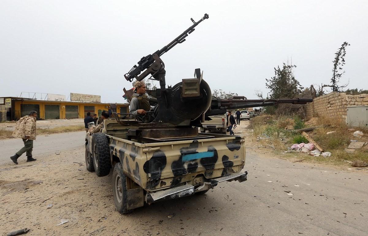 Các lực lượng trung thành với Chính phủ đoàn kết dân tộc Libya (GNA) trong cuộc đụng độ với các tay súng ủng hộ Tướng Khalifa Haftar ngày 21/3. (Ảnh: AFP/TTXVN)