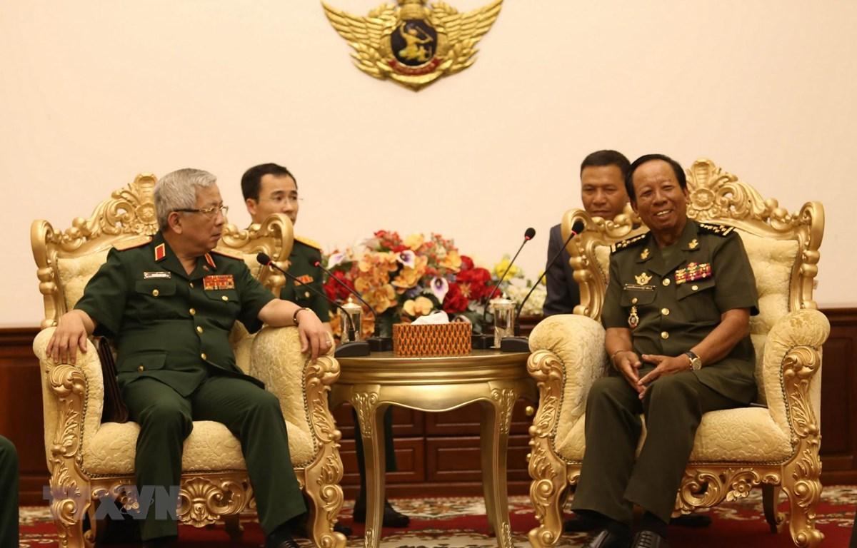 Phó Thủ tướng, Bộ trưởng Bộ Quốc phòng Campuchia Samdech Tea Banh (phải) tiếp đoàn. (Ảnh: P/v CQTT TTXVN tại Campuchia)