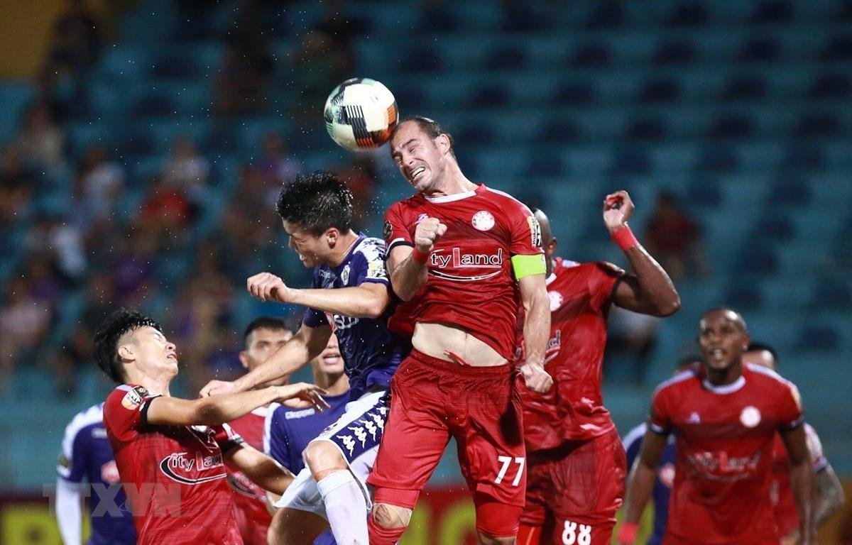Thành phố Hồ Chí Minh và Hà Nội FC quyết đấu. (Ảnh: Trọng Đạt/TTXVN)