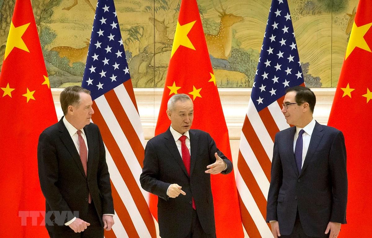 Bộ trưởng Tài chính Mỹ Steven Mnuchin (phải), Đại diện Thương mại Mỹ Robert Lighthizer (trái) và Phó Thủ tướng Trung Quốc Lưu Hạc tại vòng đàm phán thương mại ở Bắc Kinh ngày 14/2. (Ảnh: AFP/TTXVN)