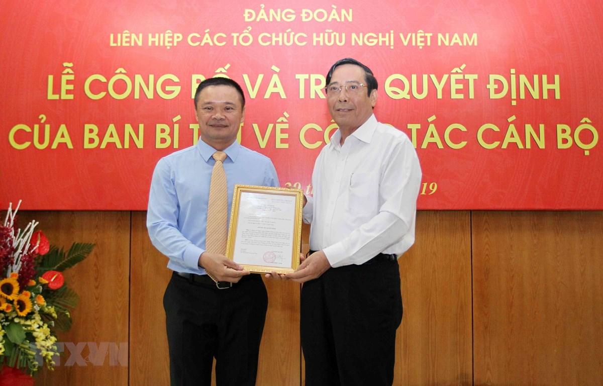 Đồng chí Nguyễn Thanh Bình, Ủy viên Trung ương Đảng, Phó Trưởng ban Thường trực Ban Tổ chức Trung ương trao Quyết định của Ban Bí thư cho đồng chí Bạch Ngọc Chiến. (Ảnh: Văn Điệp/TTXVN)