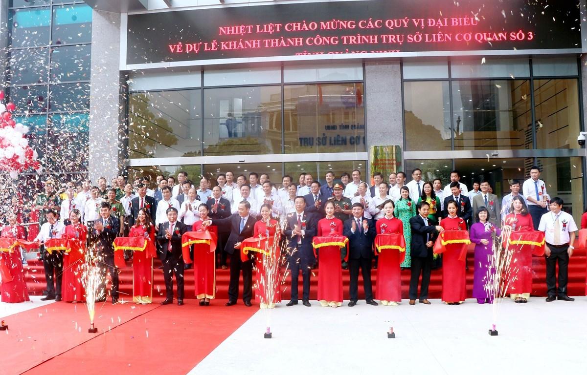 Cắt băng khánh thành trụ sở liên cơ quan số 3 tỉnh Quảng Ninh. (Ảnh: Văn Đức/TTXVN)