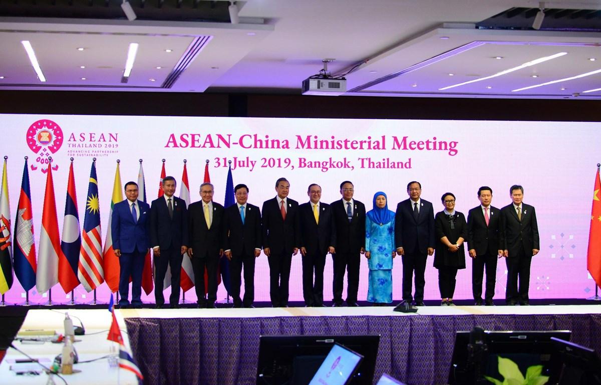 Các Bộ trưởng Ngoại giao ASEAN-Trung Quốc chụp ảnh chung. (Ảnh: Ngọc Quang- TTXVN)