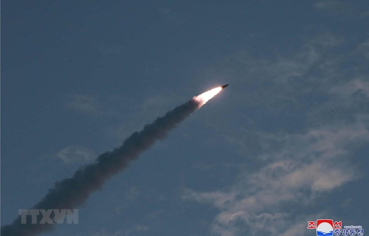 Một tên lửa dẫn đường chiến thuật mới được Triều Tiên phóng thử gần thị trấn ven biển phía Đông Wonsan, được công bố hôm 26/7. (Ảnh: Yonhap/TTXVN)