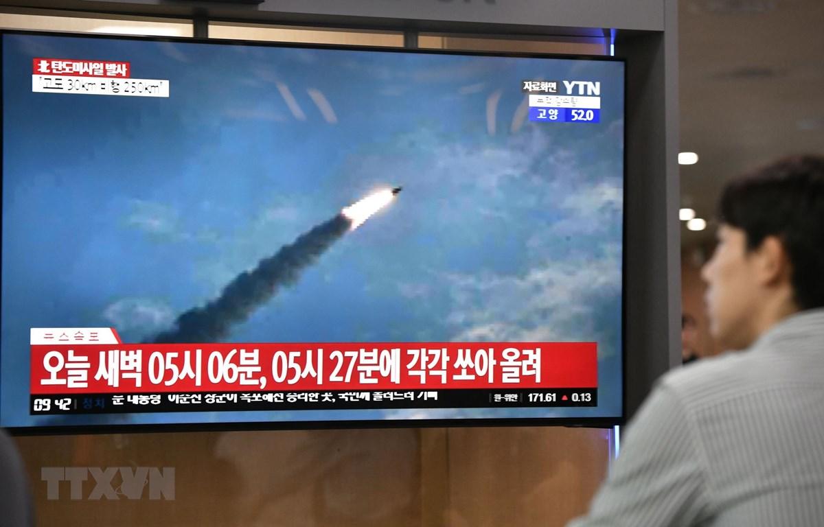 Người dân theo dõi về vụ phóng vật thể bay của Triều Tiên qua truyền hình ở nhà ga Seoul, Hàn Quốc ngày 31/7. (Ảnh: AFP/TTXVN)