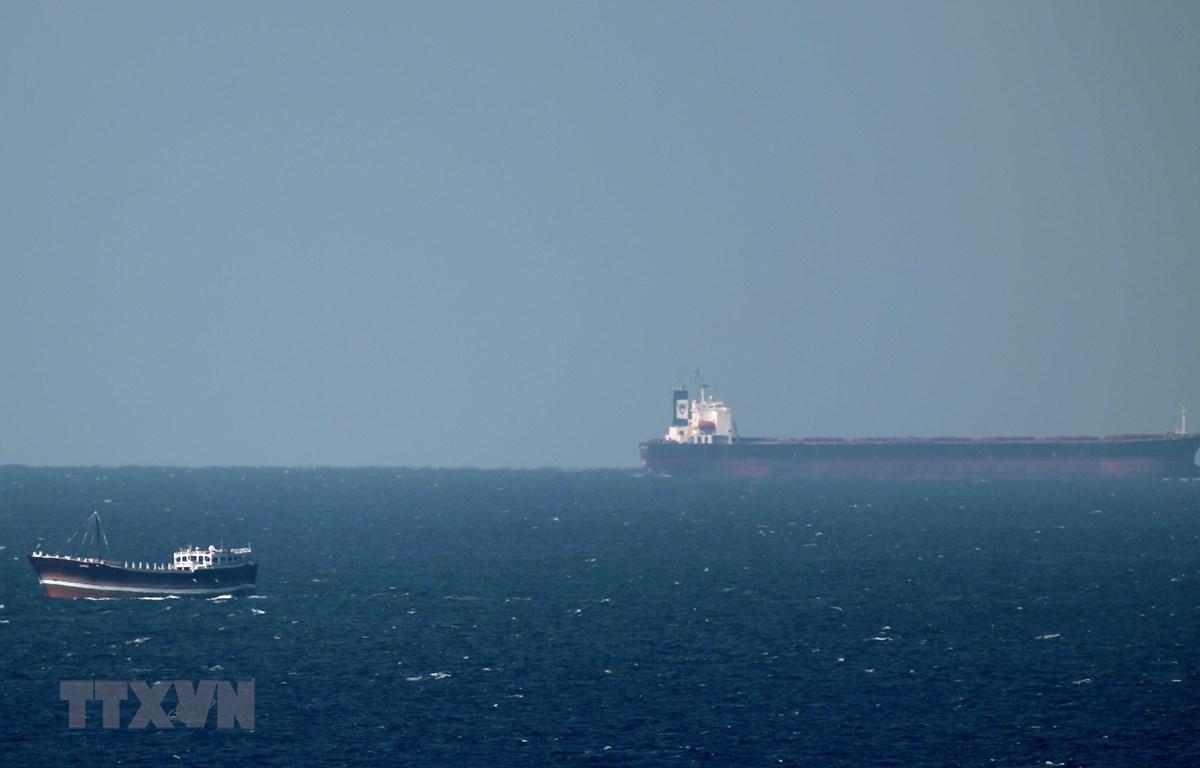 Một tàu chở dầu hướng tới Eo biển Hormuz ở ngoài khơi thành phố cảng Khasab, miền Bắc Oman. (Ảnh: AFP/TTXVN)