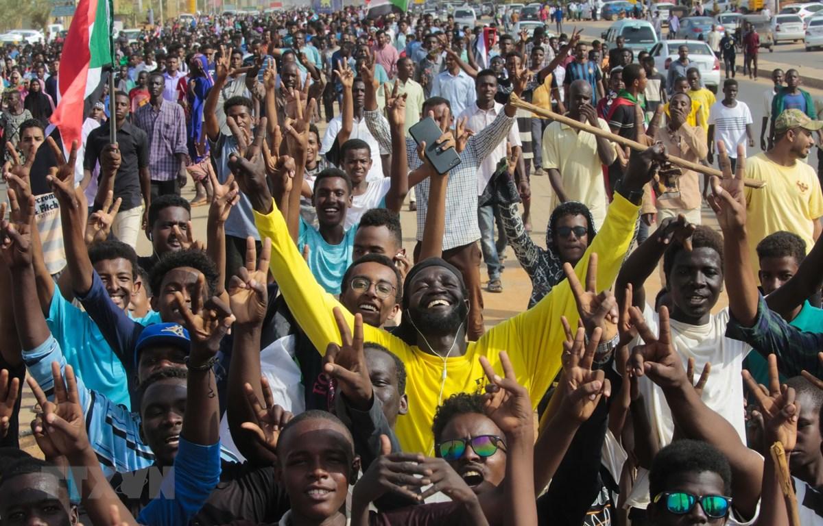 Người dân Sudan vui mừng sau khi của Hội đồng quân sự chuyển tiếp tại Sudan (TMC) và Liên minh tự do và thay đổi (FFC) đạt thỏa thuận. (Ảnh: THX/TTXVN)