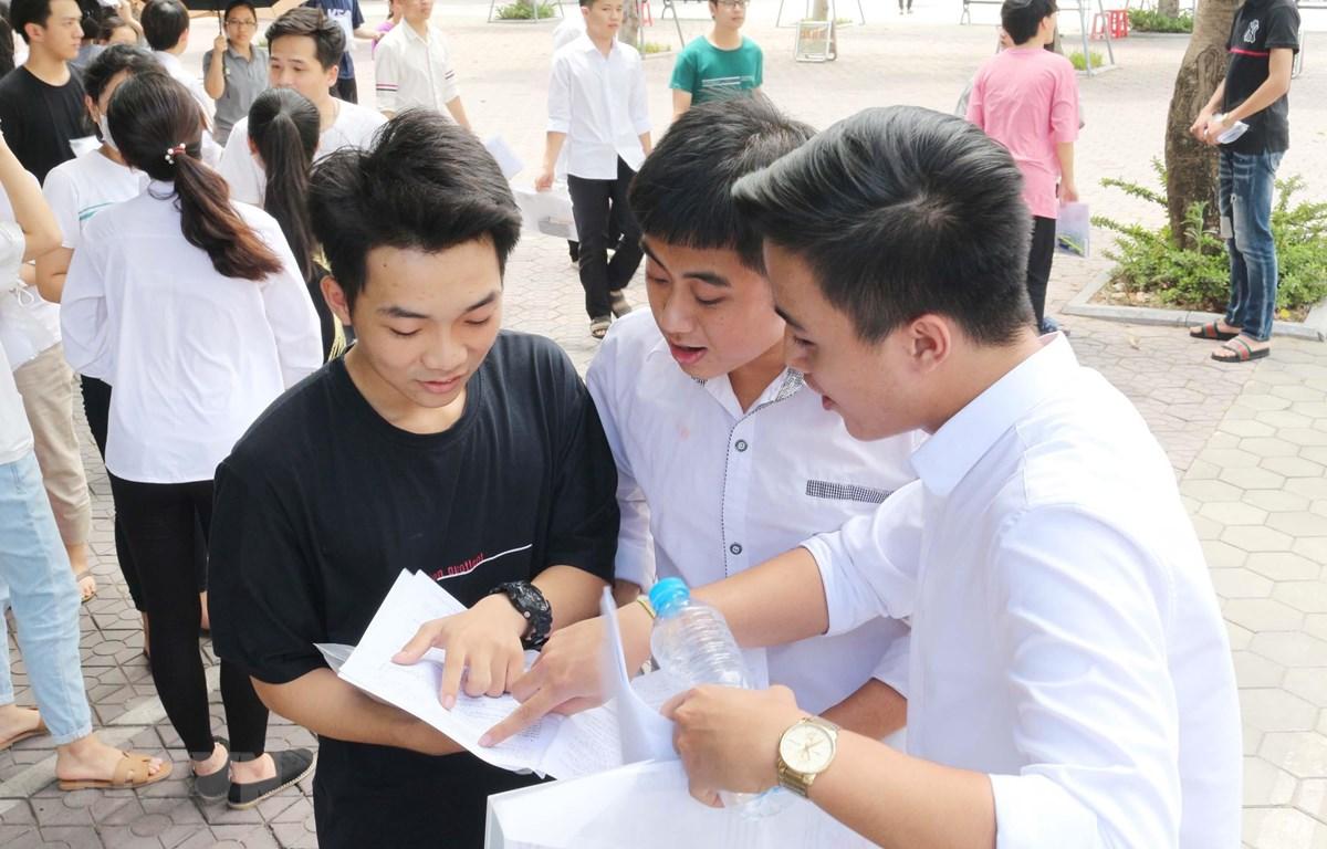 Các thi sinh ở điểm thi trường THPT chuyên Đại học Vinh (Nghệ An). (Ảnh: Nguyễn Oanh/TTXVN)