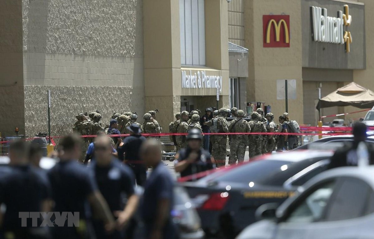 Hiện trường vụ xả súng tại cửa hàng Cielo Vista Walmart ở El Paso, bang Texas, Mỹ, ngày 3/8. (Ảnh: AP/TTXVN)