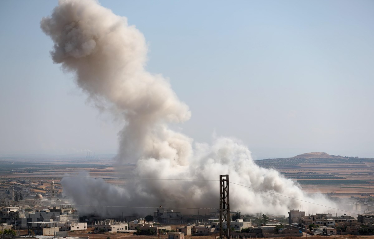 Khói bốc lên sau một cuộc không kích ở tỉnh Idlib, Syria ngày 19/7. (Ảnh: AFP/TTXVN)