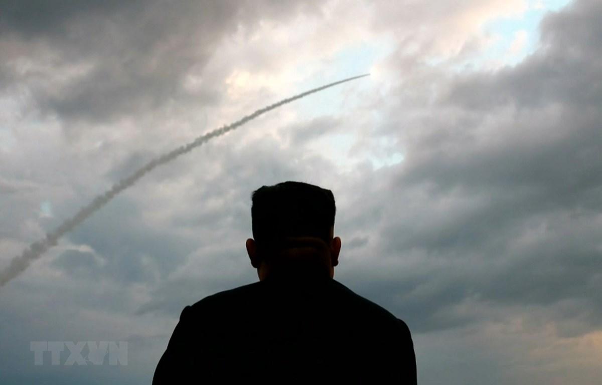 Nhà lãnh đạo Triều Tiên Kim Jong-un thị sát vụ phóng thử tên lửa đạn đạo tại một địa điểm không xác định ở Triều Tiên. (Ảnh: Yonhap/TTXVN)