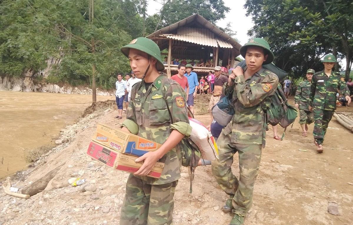 Lực lượng bộ đội khẩn trương cứu trợ cho bà con vùng lũ bản Sa Ná, xã Na Mèo, huyện Quan Sơn, Thanh Hóa. (Ảnh: TTXVN)