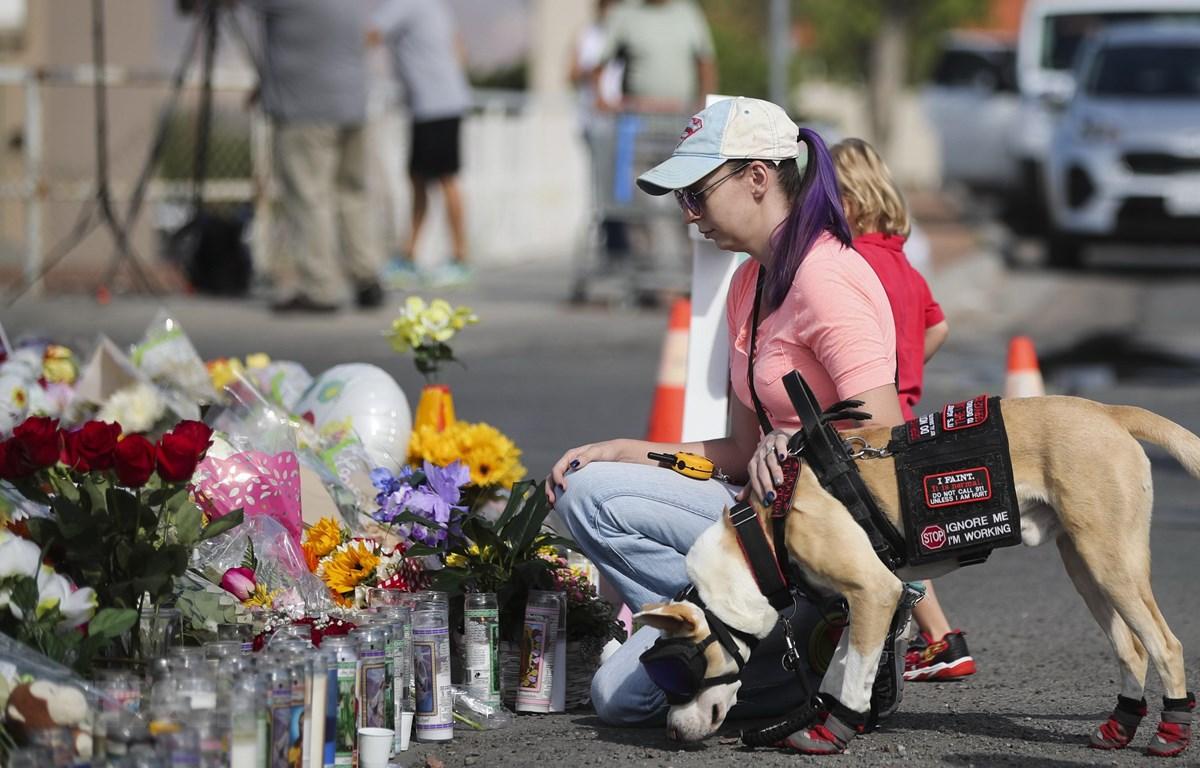 Người dân tưởng niệm các nạn nhân vụ xả súng ở El Paso, bang Texas, Mỹ ngày 5/8. (Ảnh: THX/TTXVN)