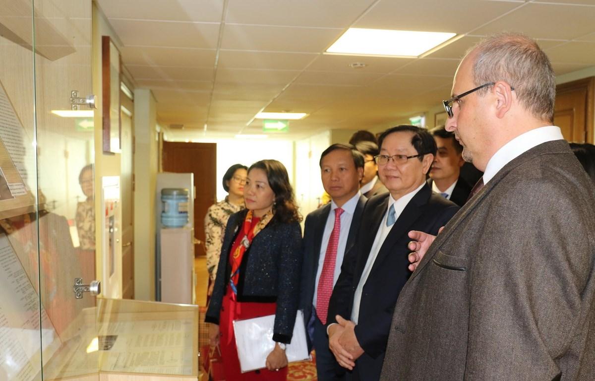 Bộ trưởng Bộ Nội vụ Lê Vĩnh Tân và Đoàn công tác thăm nơi trưng bày các ấn phẩm được xuất bản trên cơ sở các tài liệu lưu trữ của Liên bang Nga. (Ảnh: Hồng Quân/TTXVN)
