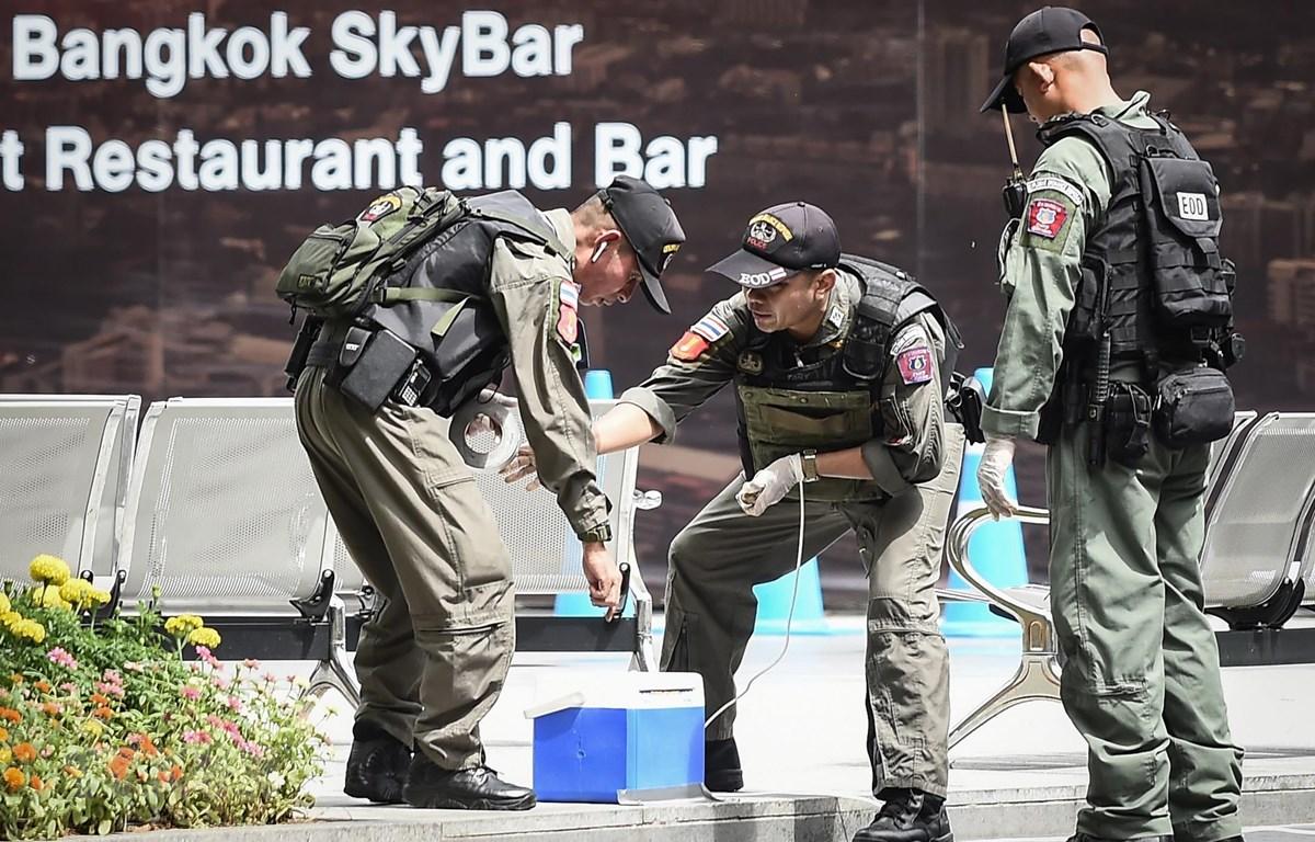 Lực lượng rà phá bom được triển khai tới hiện trường vụ nổ ở Bangkok, Thái Lan, ngày 2/8. (Ảnh: AFP/TTXVN)