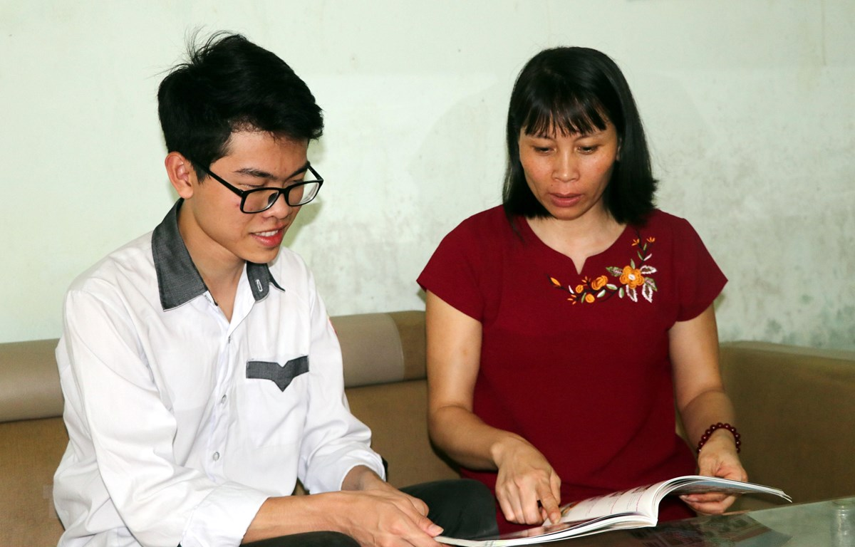 Em Phạm Thanh Lâm chia sẻ kỷ niệm khi tham gia kỳ thi Olympic Hóa học quốc tế với mẹ. (Ảnh: Nguyễn Lành/TTXVN)