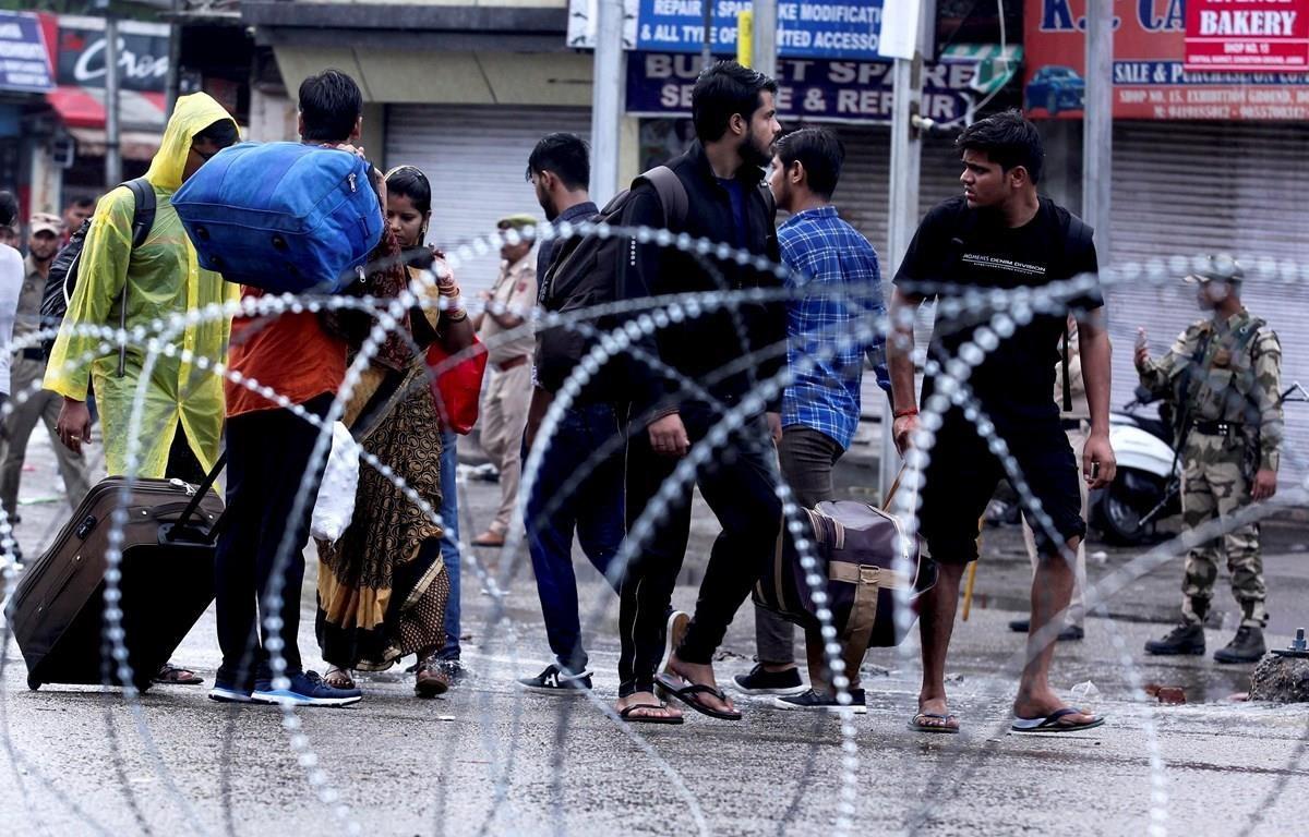 Người dân trên đường phố tại Jammu, ngày 5/8. (Ảnh: AFP/TTXVN)