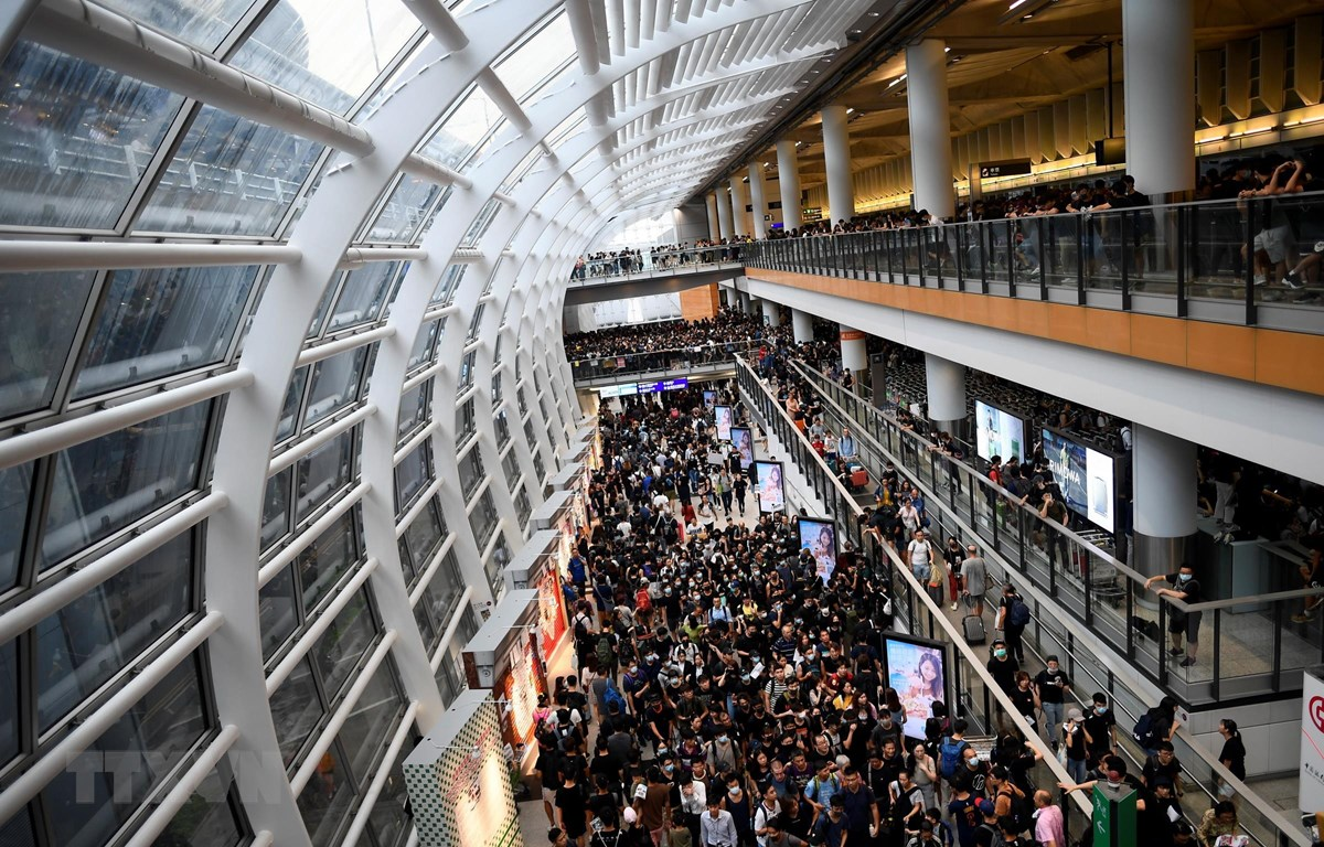 Người biểu tình tập trung tại sân bay quốc tế Hong Kong, Trung Quốc, ngày 12/8. (Ảnh: AFP/TTXVN)
