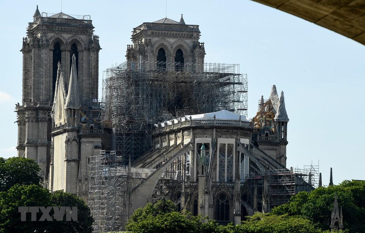 Nhà thờ Đức Bà tại Paris được tu sửa sau vụ cháy kinh hoàng ngày 31/5. (Ảnh: AFP/TTXVN)