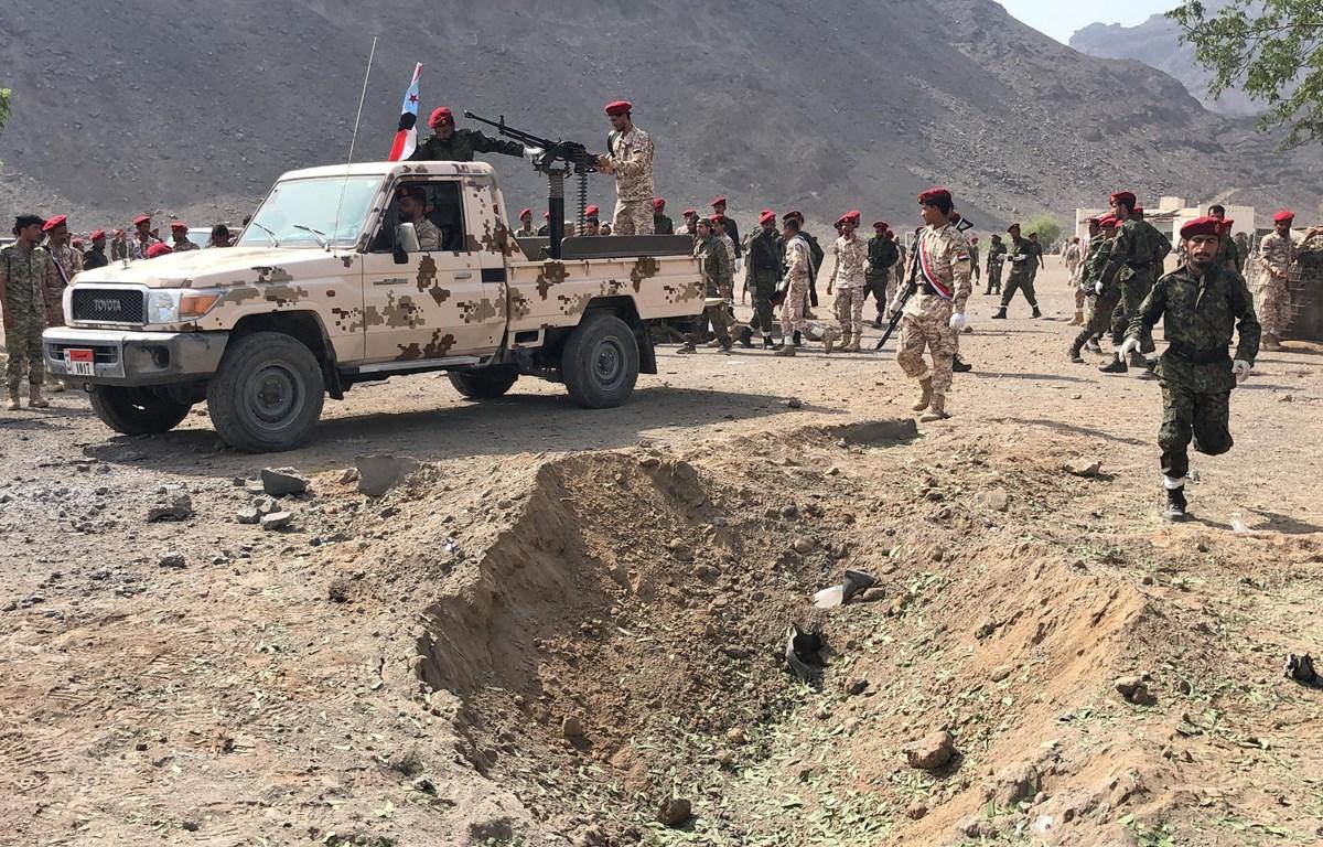 Lực lượng an ninh được triển khai tại hiện trường vụ tấn công ở thành phố Aden, Yemen. (Ảnh: AFP/TTXVN)