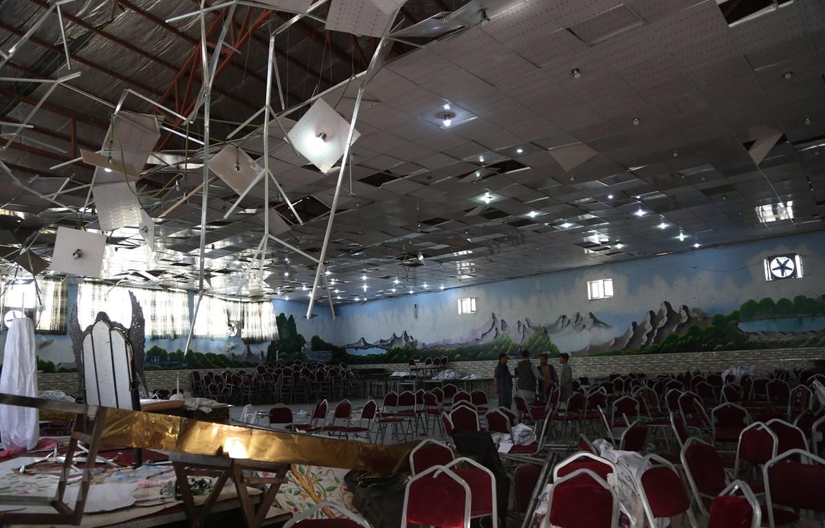 Hiện trường đổ nát sau vụ tấn công nhằm vào một đám cưới ở Kabul, Afghanistan, ngày 18. (Ảnh: THX/TTXVN)