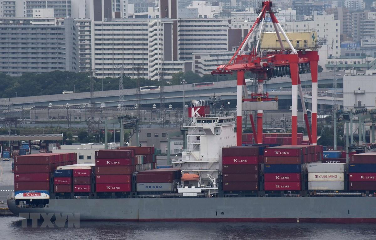 Tàu chở hàng hóa tại cảng ở Tokyo, Nhật Bản. (Ảnh: AFP/TTXVN)