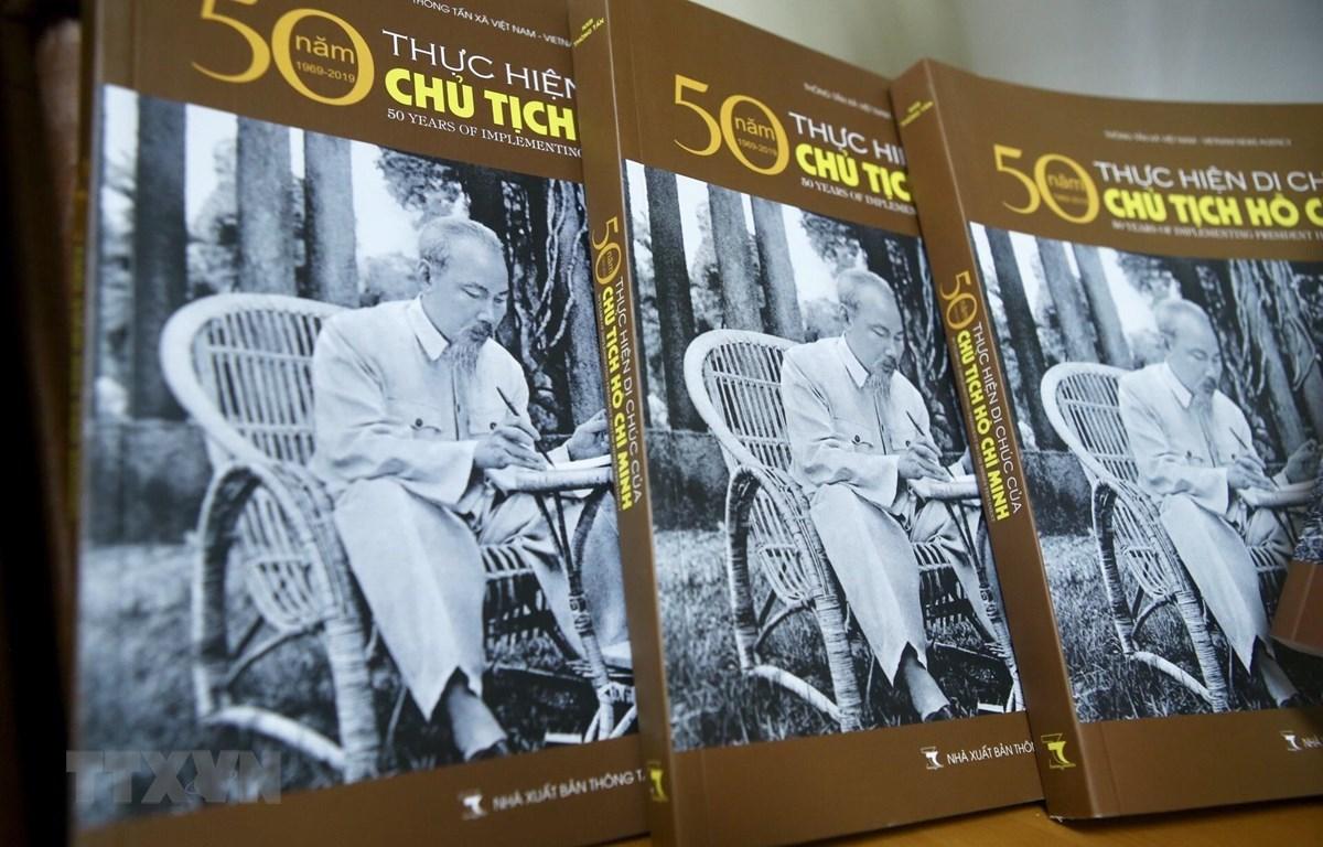 """Cuốn sách ảnh """"50 năm thực hiện Di chúc của Chủ tịch Hồ Chí Minh"""" vừa ra mắt. (Ảnh: Minh Quyết - TTXVN)"""
