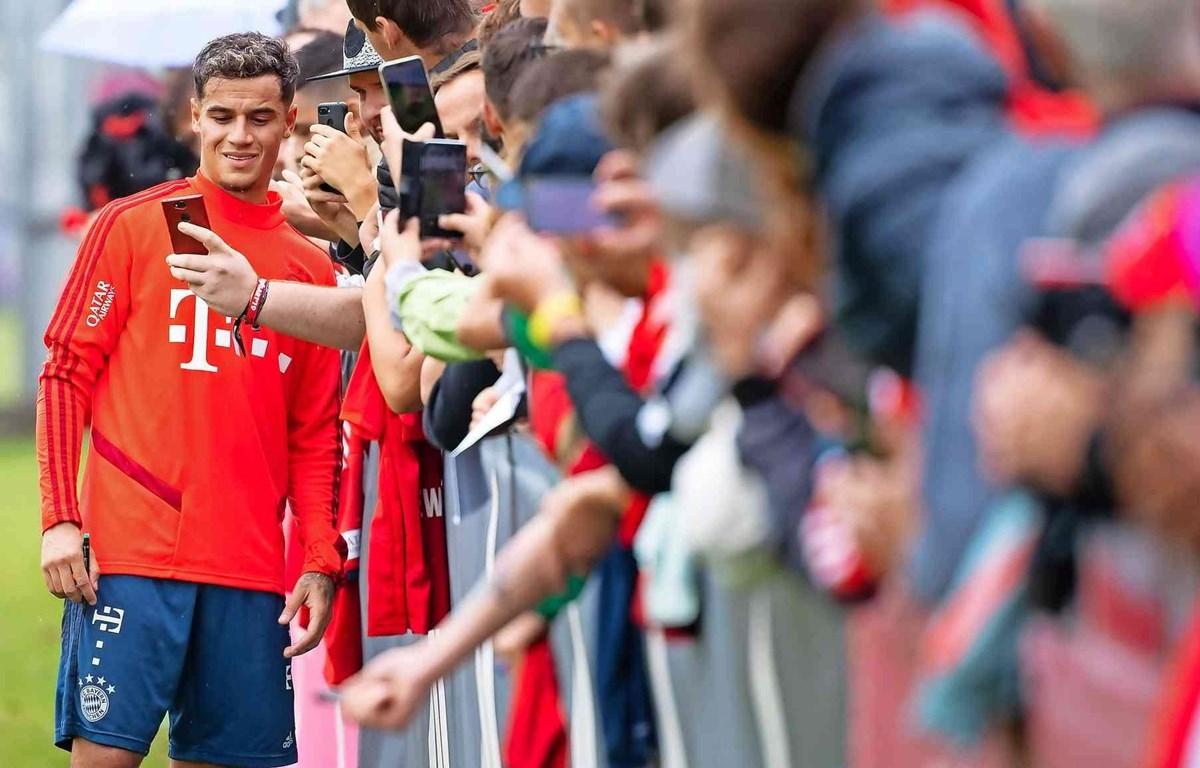Coutinho chụp ảnh cùng người hâm mộ Bayern. (Nguồn: dpa)