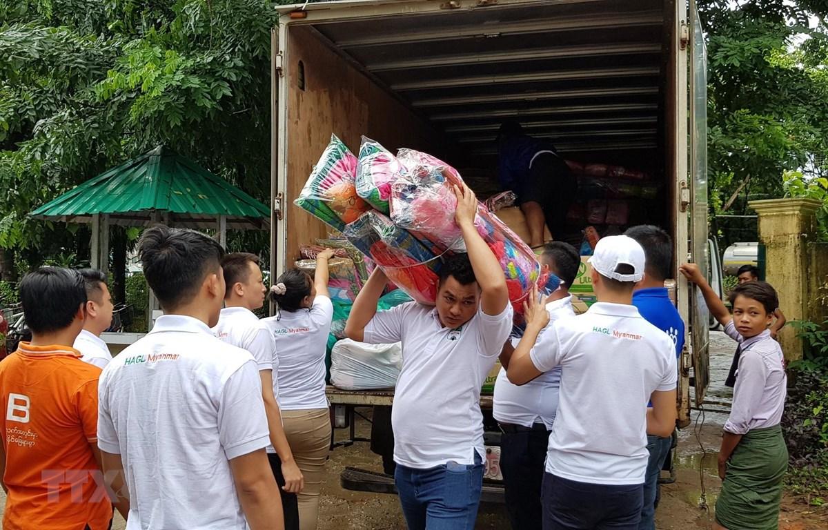 Đoàn cứu trợ Việt Nam tại bang Mon (Myanmar) chuyển hàng cứu trợ. (Ảnh: TTXVN phát)