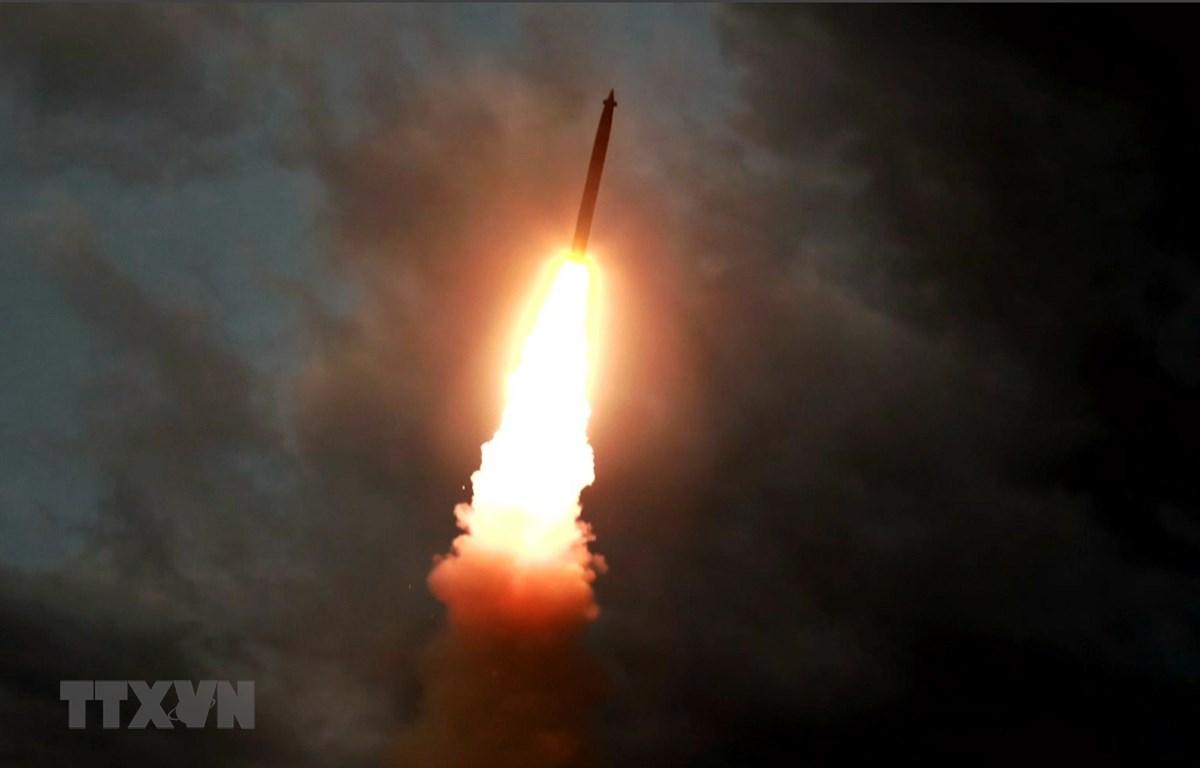 Một tên lửa đạn đạo được phóng thử tại địa điểm không xác định ở Triều Tiên ngày 31/7. (Ảnh: AFP/TTXVN)