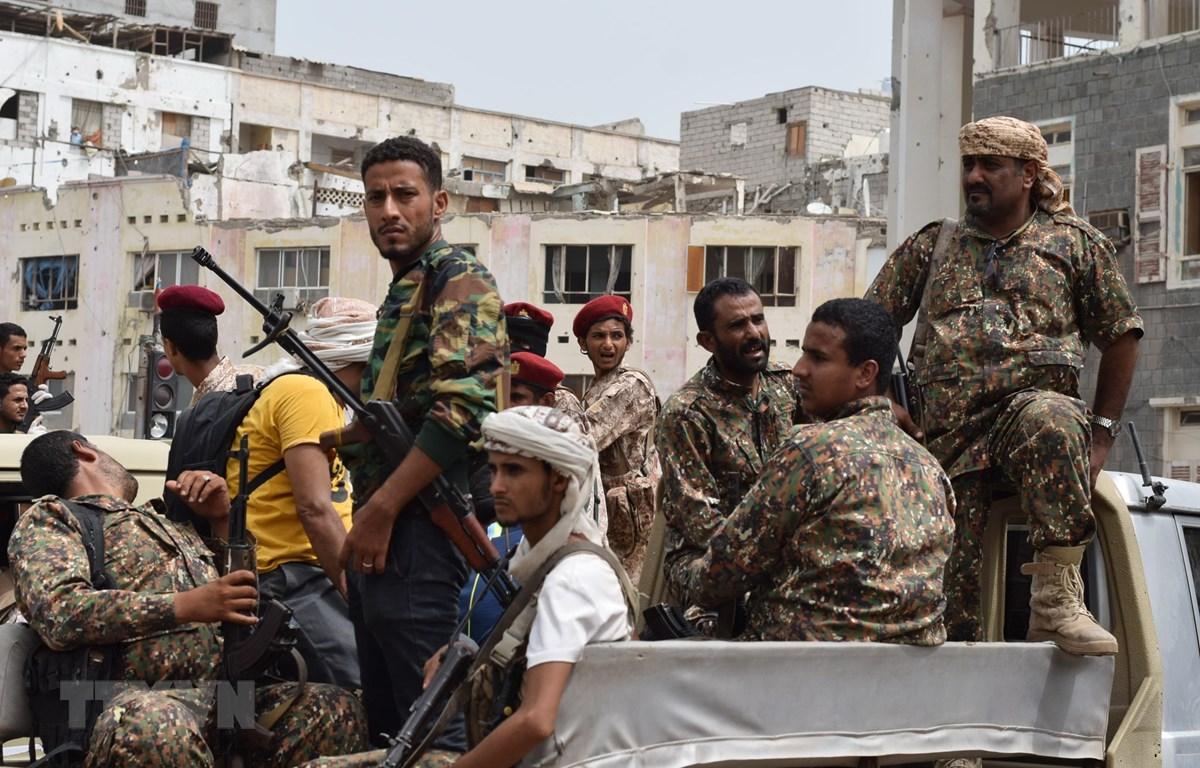 Các tay súng thuộc nhóm vũ trang Hội đồng Chuyển tiếp miền Nam (STC) gác tại một khu vực ở Aden, Yemen. (Ảnh: THX/TTXVN)