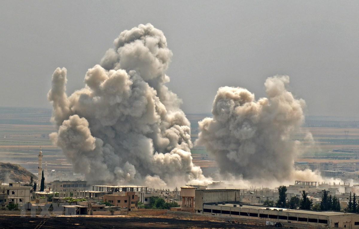 Khói bốc lên sau một cuộc không kích ở tỉnh Idlib ngày. (Ảnh: AFP/TTXVN)
