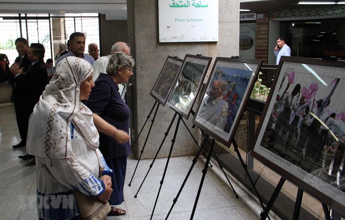 """Khách tham quan tại buổi khai mạc Triển lãm ảnh """"Khám phá Việt Nam"""" vào chiều ngày 27/8 tại thủ đô Algiers. (Ảnh: Tấn Đạt/TTXVN)"""