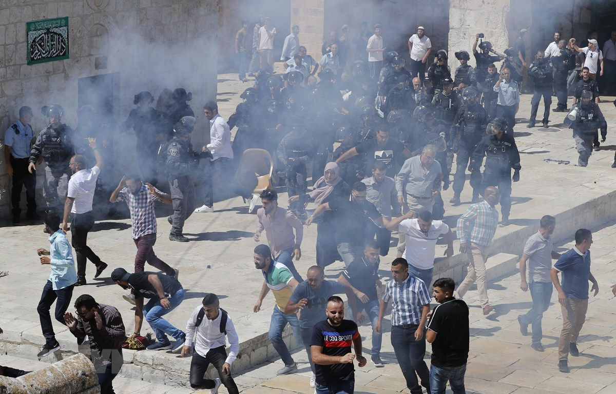 Quang cảnh cuộc đụng độ giữa người biểu tình Palestine và cảnh sát Israel tại đền Al-Aqsa ở Jerusalem. (Ảnh: AFP/TTXVN)