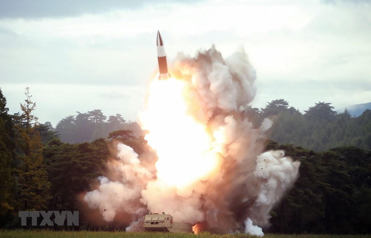 Một vụ thử vũ khí mới được cho là tên lửa đạn đạo tầm ngắn của Triều Tiên. (Ảnh: AFP/TTXVN)