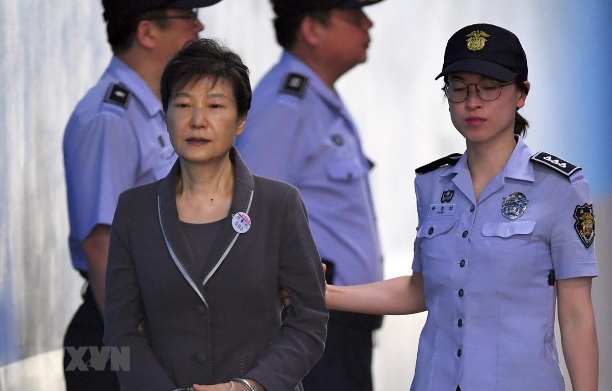 Cựu Tổng thống Hàn Quốc Park Geun-hye tới tòa án quận trung tâm ở Seoul ngày 7/8/2017. (Ảnh: AFP/TTXVN)