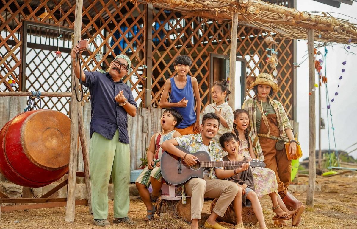 Dàn diễn viên trong Anh thầy ngôi sao, với Đức Thịnh, Huyme, Miu Lê cùng các diễn viên nhí (Nguồn: CJ)