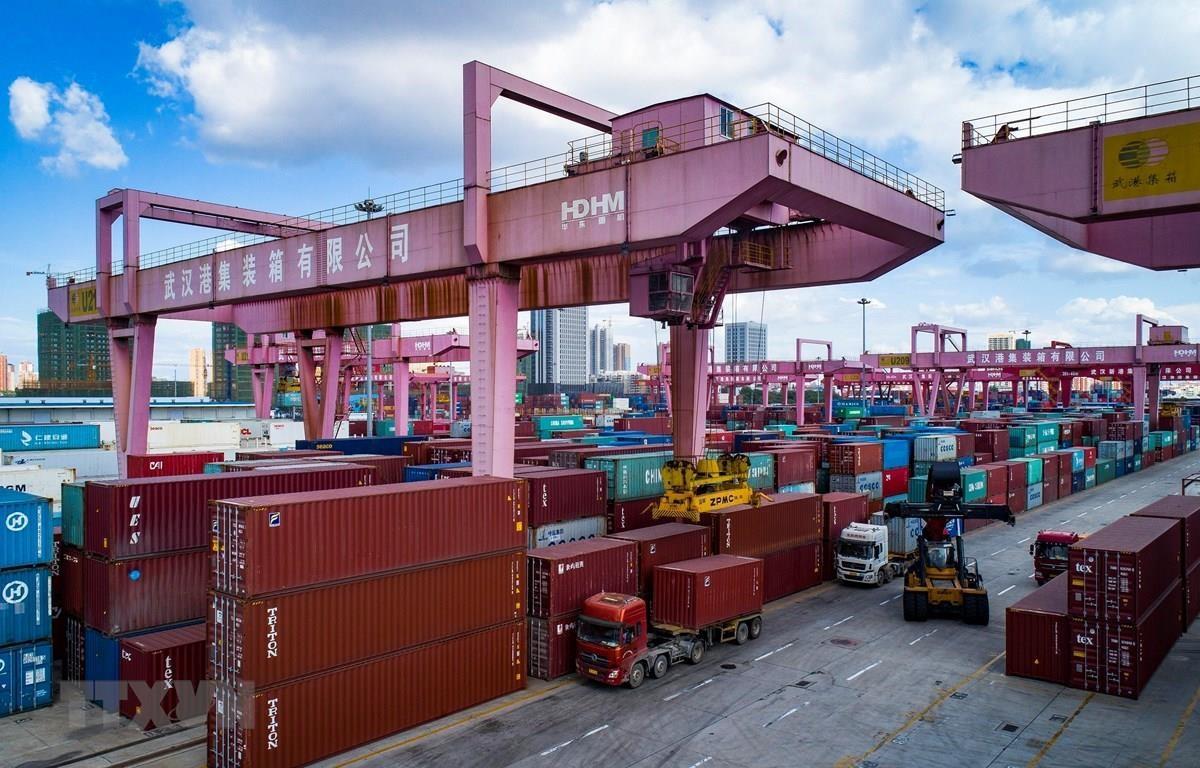 Hàng hóa được xếp tại cảng ở Vũ Hán, tỉnh Hồ Bắc, Trung Quốc. (Ảnh: THX/TTXVN)