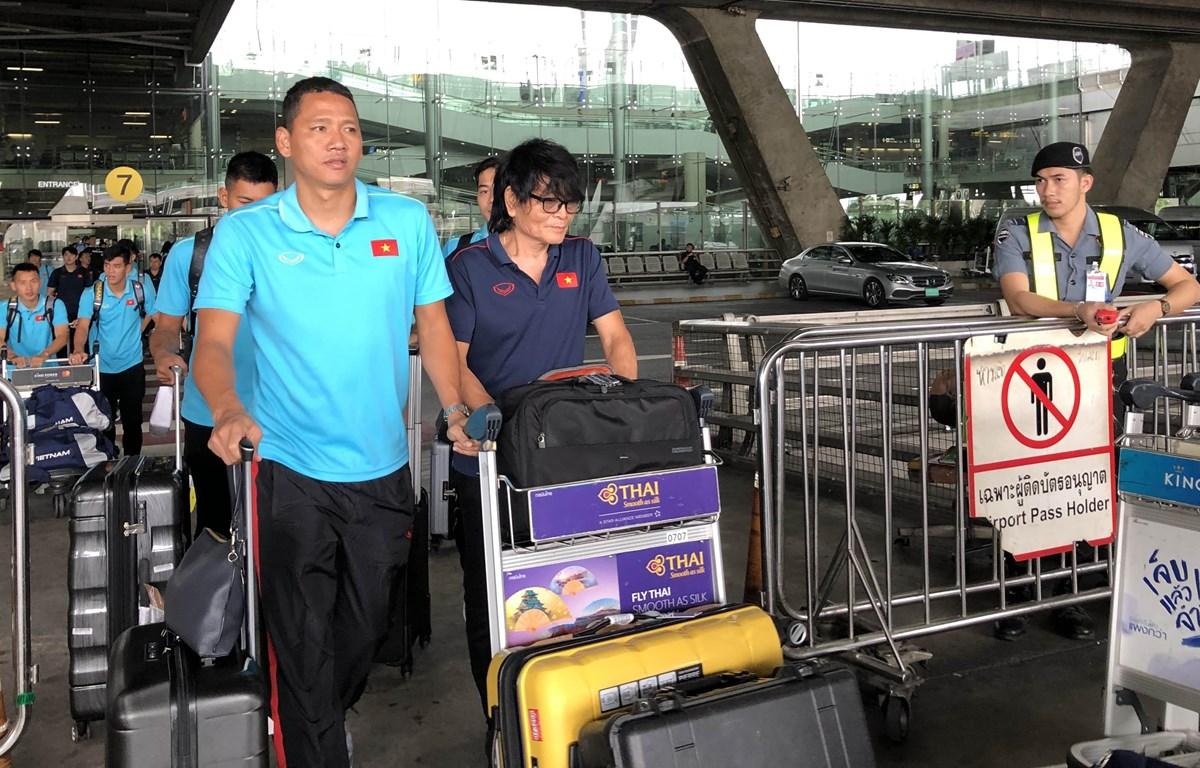 Các cầu thủ Đội tuyển Việt Nam rời sân bay quốc tế Suvarbhumi để lên xe về khách sạn Novotel Impact. (Ảnh: Ngọc Quang/TTXVN)
