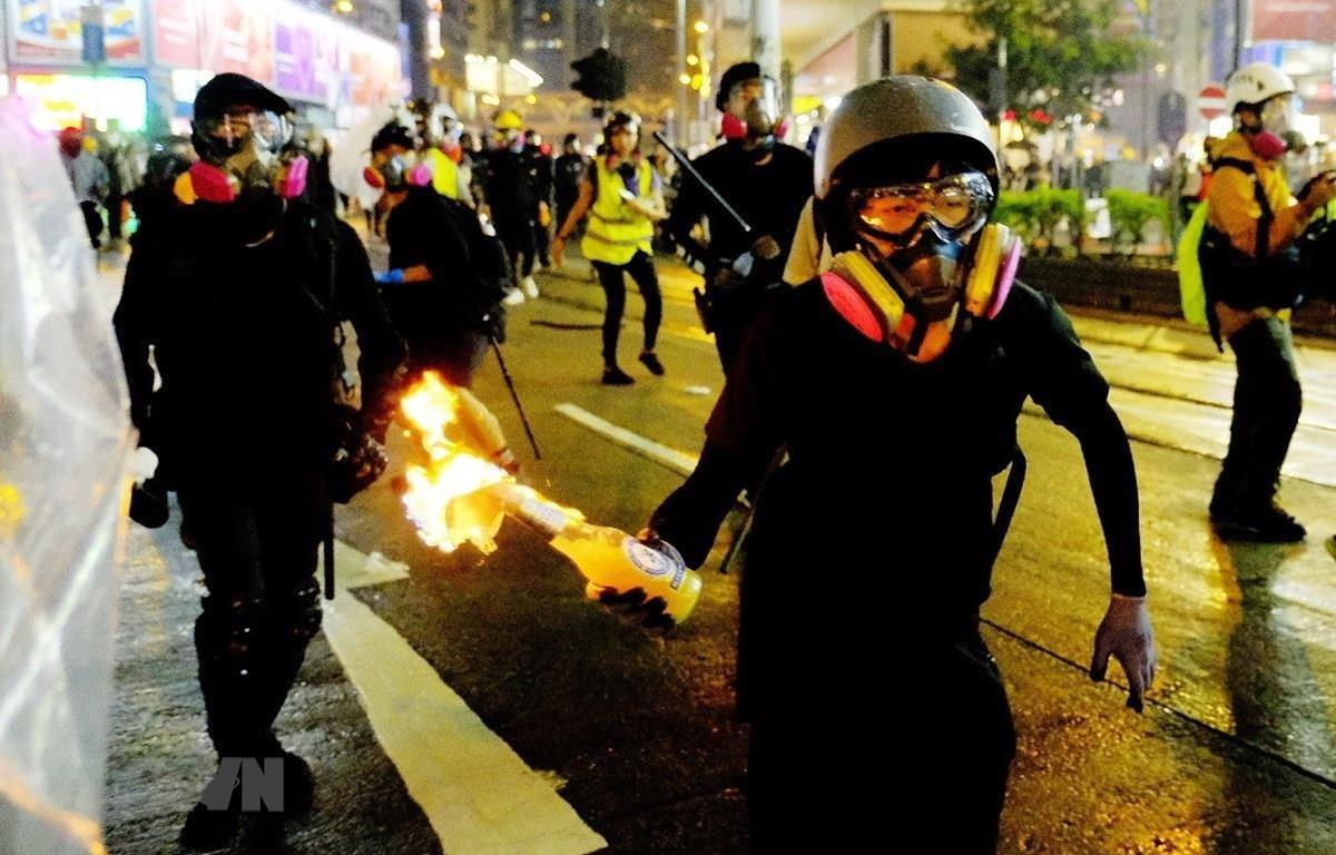 Người biểu tình bạo loạn ném bom xăng vào cảnh sát tại Đặc khu hành chính Hong Kong (Trung Quốc). (Ảnh: THX/TTXVN)